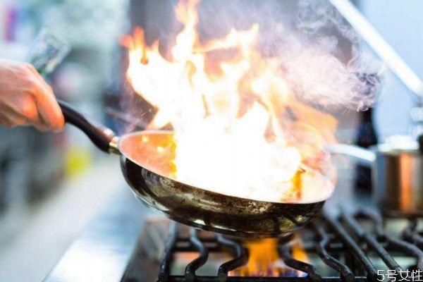 炒菜怎样防止油锅起火 炒菜防止油锅起火的方法