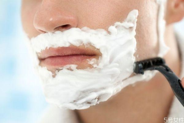 刮胡子应该怎么刮好 刮胡子是顺着还是逆着刮