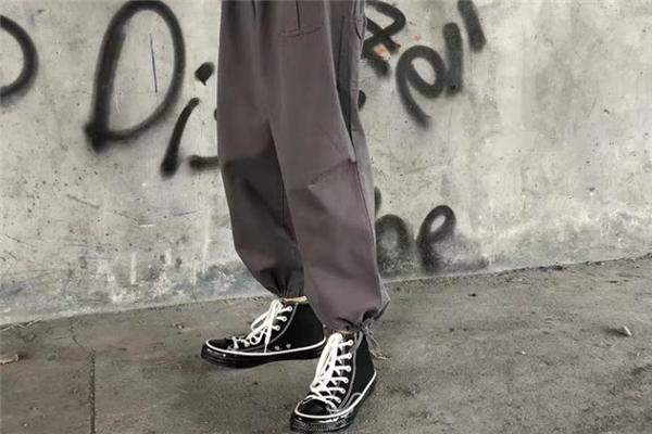 什么颜色的束脚裤百搭
