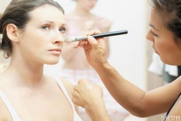 海绵和化妆刷化妆有什么区别 画底妆需要准备些什么