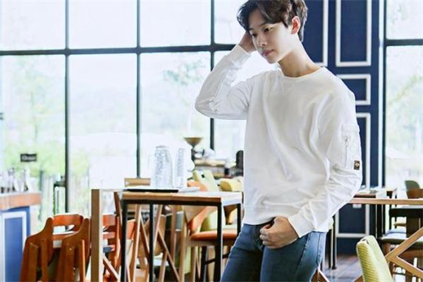 白色卫衣配什么颜色裤子好看 男生白色卫衣搭配图片