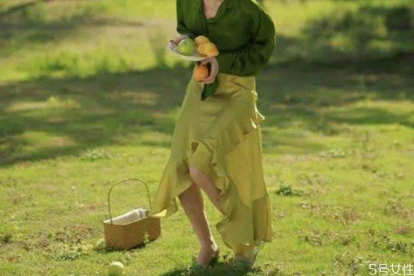 绿色裙子应该怎么搭配上衣 绿色裙子的搭配方法