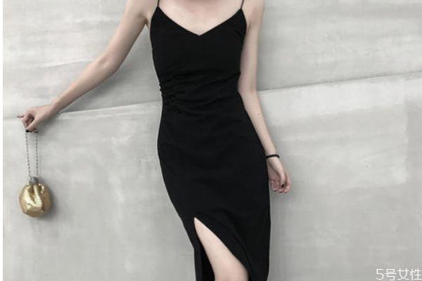 黑色吊带裙怎么搭配外套 黑色吊带裙的搭配方法