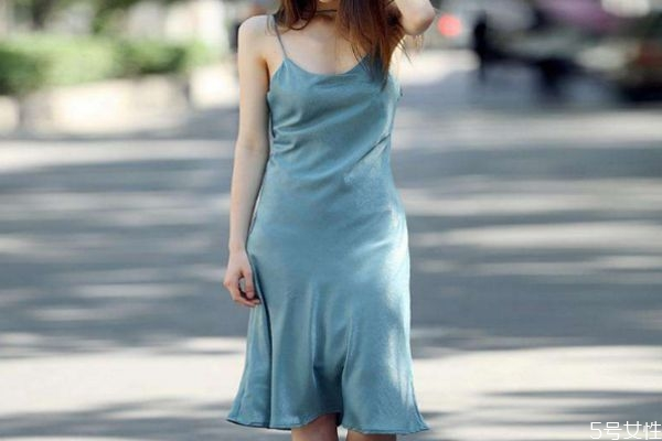 吊带裙适合搭配什么鞋子 吊带裙应该怎么搭配鞋子