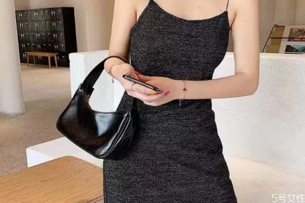 吊带裙可以搭配什么包包 吊带裙如何搭配包包