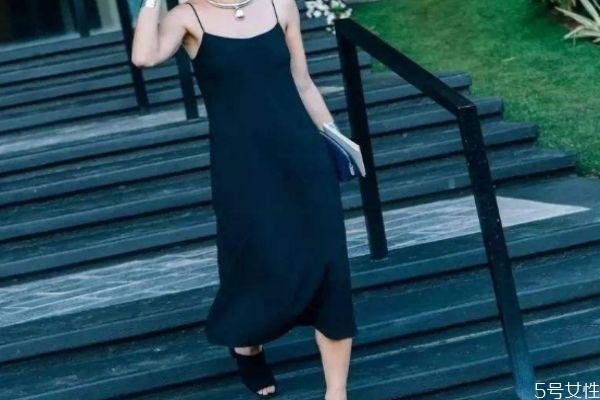 吊带裙太透了怎么办 吊带裙应该怎么搭配