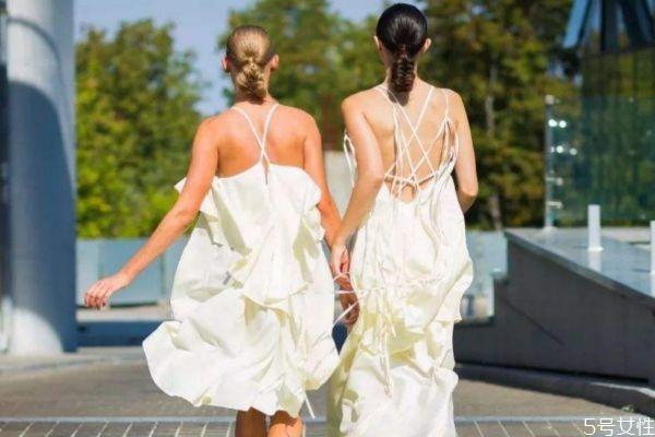 吊带裙怎么分前后 吊带裙区分前后方法