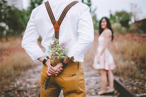 男生见到暗恋女生会怎样 男生见到暗恋女生的反应