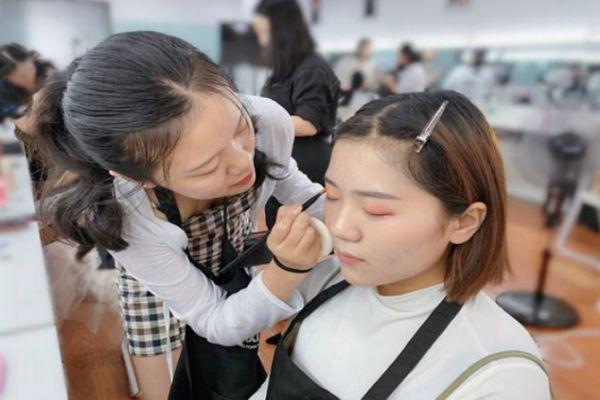 油性皮肤淡妆化妆步骤 油性皮肤怎么化淡妆