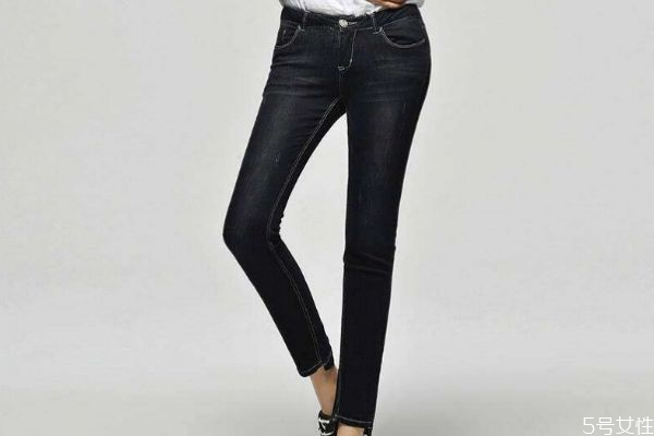 黑色牛仔裤怎么搭配上衣 黑色牛仔裤搭配上衣的方法