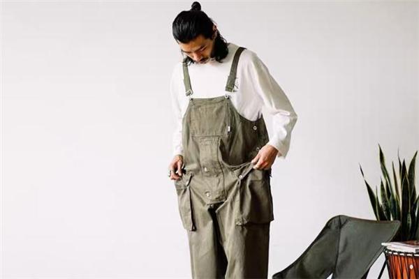 工装背带裤怎么搭配 工装背带裤配什么上衣