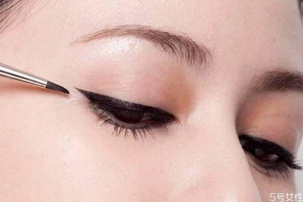 眼睛化妆技巧有哪些 眼睛变大化妆技巧