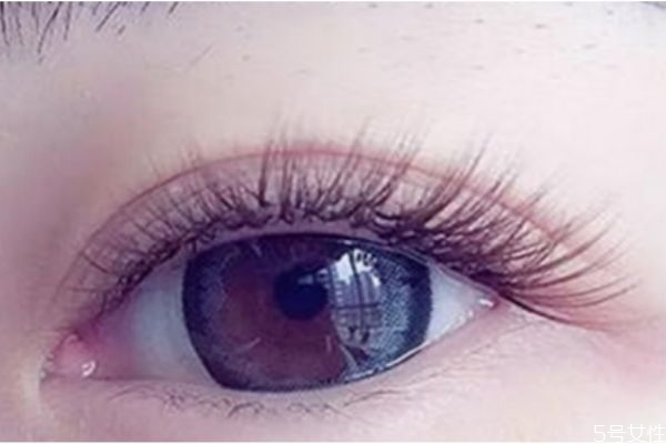 嫁接睫毛可以画眼妆吗图片