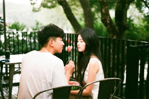 暗恋的人加微信后怎么聊天 怎么和暗恋的女生聊天