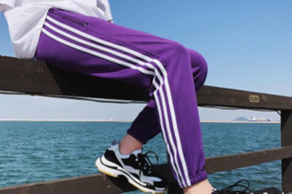 紫色裤子搭配什么上衣 紫色裤子的搭配技巧