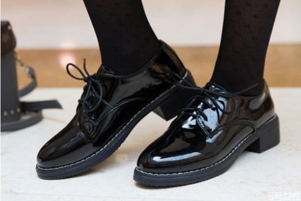 新皮鞋应该怎么保养 新皮鞋的保养方法
