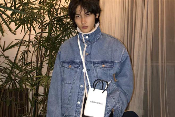 牛仔外套配什么包包好看 牛仔外套搭配包包图片