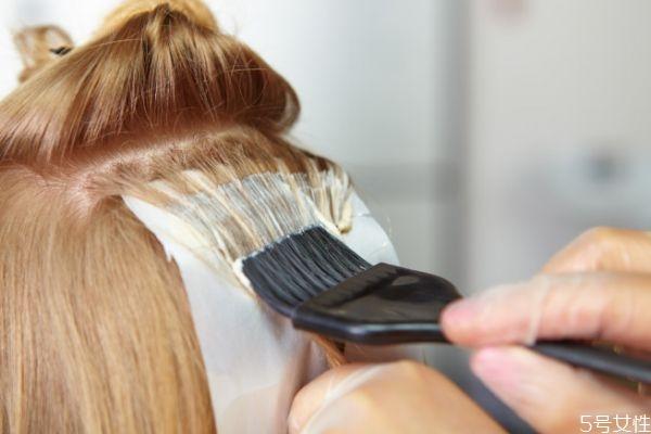 拉头发和染头发可以一起做吗 头发拉直后多久染色好