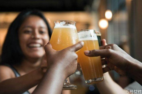 喝啤酒会长胖吗 啤酒的热量高吗