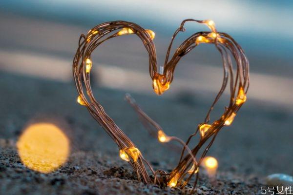 大学生如何正确谈恋爱 大学生正确谈恋爱的方法