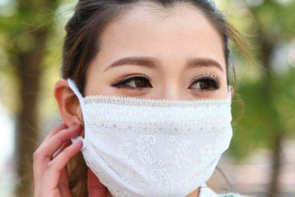 化妆之后如何避免沾口罩 如何戴口罩不掉妆