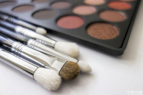 化妆刷买动物毛还是人造纤维 动物毛化妆刷和纤维毛区分