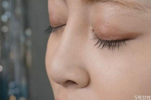 鼻子卡粉什么原因 鼻子周围卡粉怎么回事