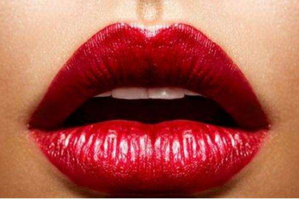 嘴唇上长泡可以涂芦荟胶吗 嘴唇上长泡可以涂唇膏吗