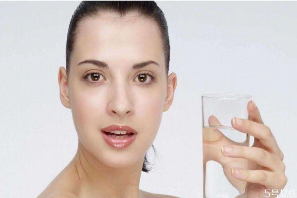 减肥每天要喝多少水 减肥喝水应该喝多少