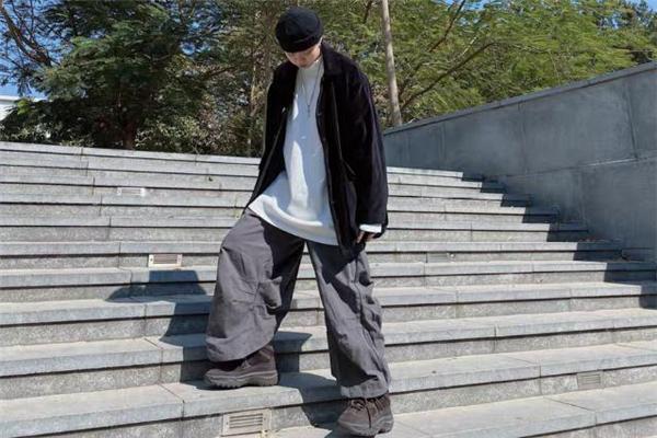 黑色外套配什么颜色内搭好 黑色外套里面穿什么颜色好看