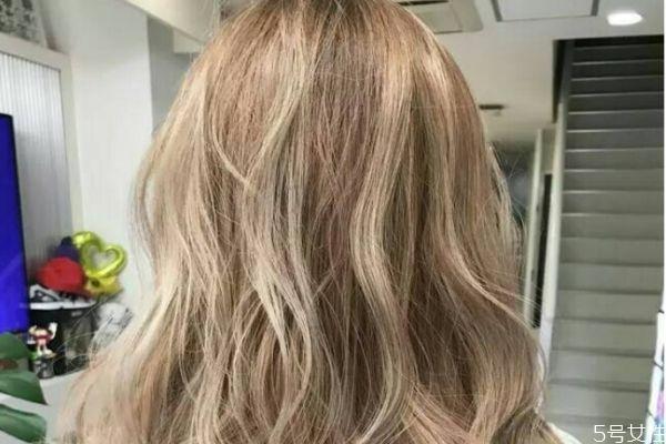 头发精华液怎么用 精华液能抹头发吗