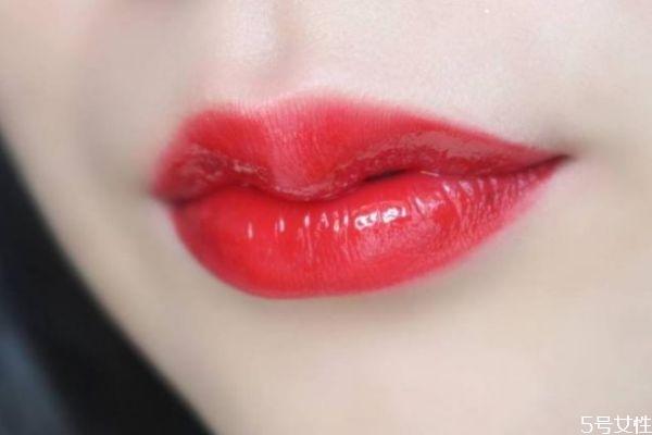 唇色暗的人适合什么口红 唇色暗涂什么颜色口红