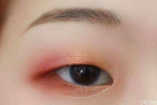肿眼皮适合哑光吗 肿眼泡的眼妆误区
