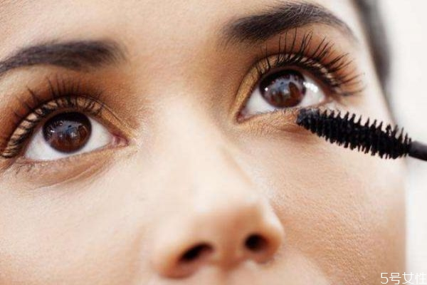 如何让睫毛膏妆效持久 让睫毛膏持久的方法