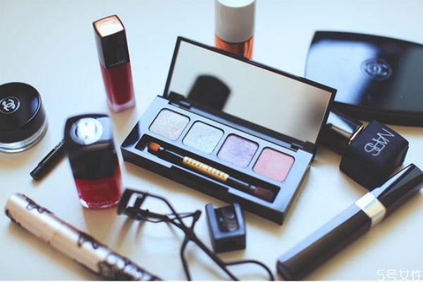 化妆品过期一个月还能用吗 化妆品过期多久不能用