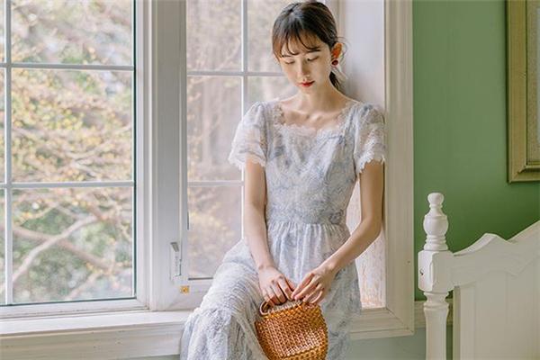 方领连衣裙适合什么人穿 方领连衣裙显胖吗