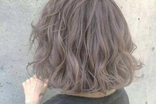 漂完发能用洗发水洗吗 头发很油可以染发吗