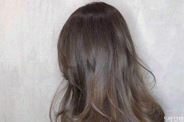 黑茶色掉色后是什么颜色 黑茶色头发褪色后好看吗