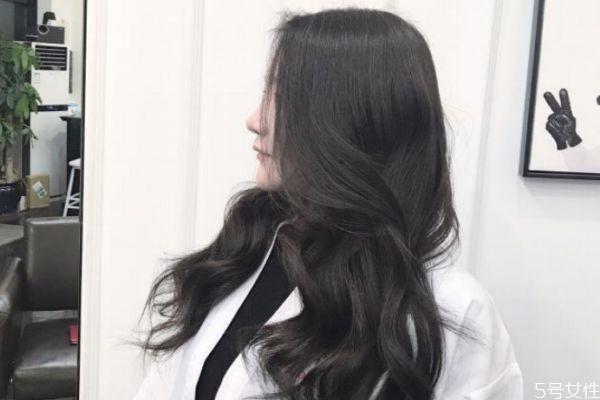 黑茶色头发适合夏天吗 染黑茶色多少钱