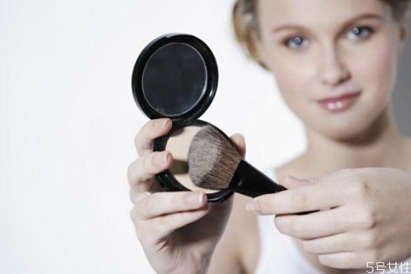 粉饼可以用化妆刷上吗 粉饼用刷子上妆步骤