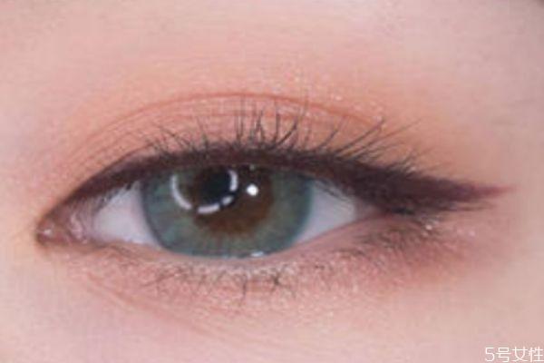 肤色暗黄适合用棕色眼线笔吗 眼线笔买黑色还是棕色