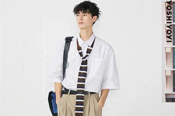 白衬衫怎么穿有个性 白衬衫怎么穿出时尚感