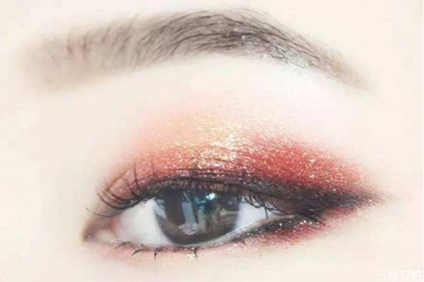 先化眼影还是先贴双眼皮 初学者该怎么贴双眼皮