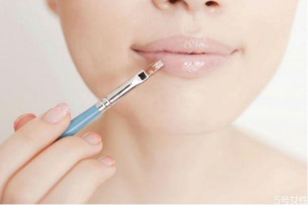 擦口红导致嘴唇干裂脱皮怎么办 唇部保养的方法