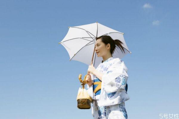 打太阳伞还用涂防晒 打伞防晒效果好还是防晒霜