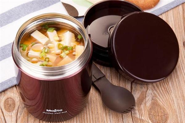 焖烧杯可以当保温杯用吗 带饭用焖烧杯还是保温桶好