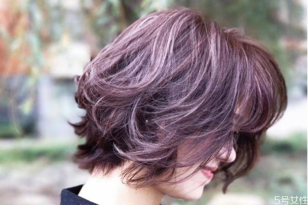 漂色对头发有什么危害 漂发和染发哪个伤害大