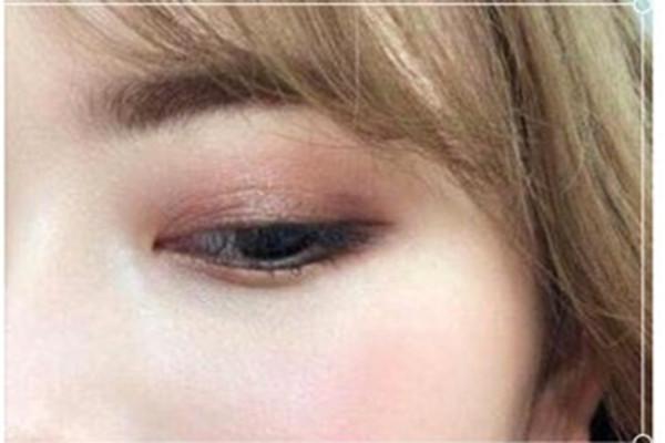 单眼皮肿泡眼画眼影图片