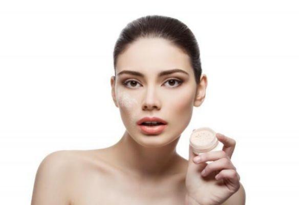 化妆后怎么用喷雾避免花妆 正确的使用方法