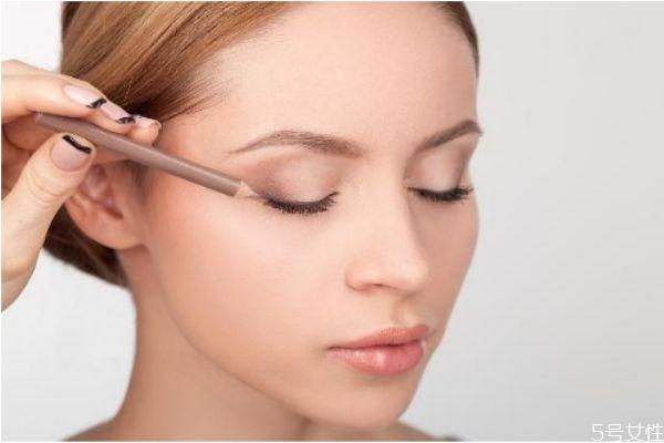 如何使妆容更服帖 这几招帮你打造完美持久妆效